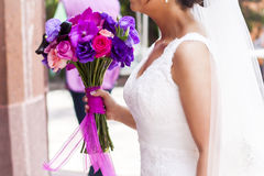 与自然花的新娘花束 免版税库存图片