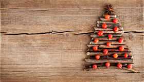 与自然装饰的圣诞卡在木背景 免版税图库摄影