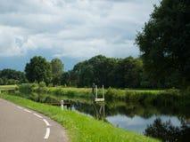 与自然运河的荷兰风景在Wapenveld 免版税库存图片