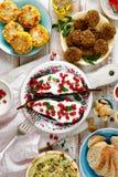与自然酸奶垂度的烤茄子与石榴种子和新鲜的草本在一块陶瓷板材,顶视图 健康素食主义者m 库存图片