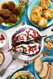 与自然酸奶垂度的烤茄子与石榴种子和新鲜的草本在一块陶瓷板材,顶视图 健康素食主义者m 库存照片