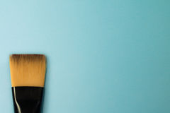 与自然黑貂头发的艺术性的概念无光涂料刷子在蓝色绿松石背景发怒 库存图片