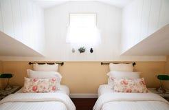 与自然ligh的英国国家葡萄酒顶楼卧室内部 库存照片