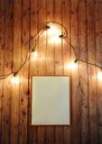 与自由地方的框架设计的有发光的电灯泡减速火箭的诗歌选的木墙壁的  库存图片