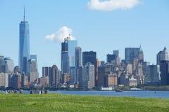 与自由塔的纽约地平线在一个晴天 免版税库存图片