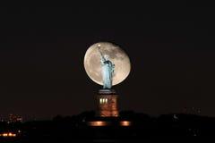 与自由女神像的超级月亮 免版税库存照片