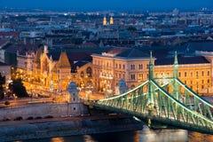 与自由桥梁和巨大市场霍尔的布达佩斯都市风景 库存图片