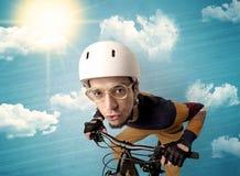 与自行车和好的天气的书呆子车手 免版税图库摄影