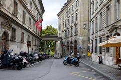 与自行车和瑞士旗子的街道视图在老房子窗口 库存照片