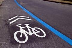 与自行车标志的周期车道 库存图片