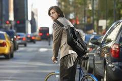与自行车的商人在拥挤的街上 免版税库存图片
