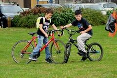 与自行车的孩子 库存图片