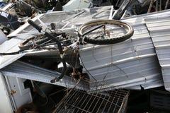 与自行车的废金属在回收围场 免版税图库摄影