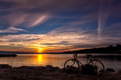 与自行车的惊人的日落 库存图片