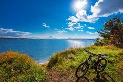 与自行车的秋天风景 Ob水库,新西伯利亚雷希奥 库存照片