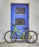 与自行车的门 免版税库存图片