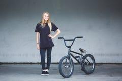 与自行车的BMX车手 免版税库存照片