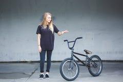 与自行车的BMX车手 库存图片