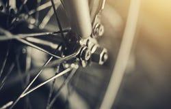 与自行车车轮的抽象背景有bokeh的 免版税库存照片