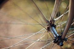 与自行车车轮的抽象背景有bokeh的 免版税图库摄影