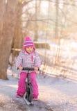 与自行车雪撬的冬天乐趣 免版税库存照片