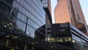 与自转的全景轰鸣声视图 蓝色上色地区财务摩天大楼 摩天大楼 白天 股票录像