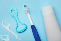 与舌头擦净剂的平的被放置的构成和牙关心产品 库存照片
