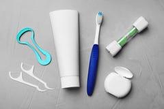 与舌头擦净剂的平的被放置的构成和牙关心产品 免版税库存图片