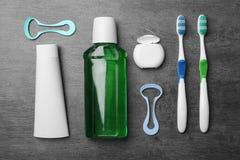 与舌头擦净剂的平的被放置的构成和牙关心产品 免版税库存照片