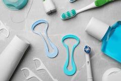与舌头擦净剂的平的被放置的构成和牙关心产品 免版税图库摄影