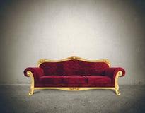 与舒适的减速火箭的沙发的成功概念 免版税库存图片