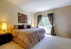 与舒适的床的卧室内部 图库摄影