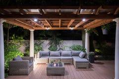 与舒适的庭院家具的树荫处 库存图片