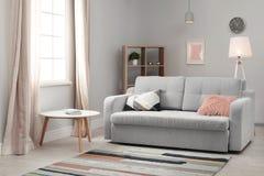 与舒适的沙发的现代客厅内部 库存照片