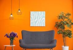 与舒适的灰色沙发的现代客厅内部 免版税库存照片