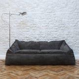 与舒适黑沙发和照明设备的现代室内设计 库存照片