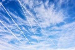 与航空器卷云和踪影的蓝天  库存图片