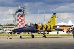 与航空L-39 Albatros的波儿地克的蜂喷气机队飞行在跑道的身分 图库摄影