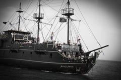 与航行在公海的游人的海盗船 库存图片