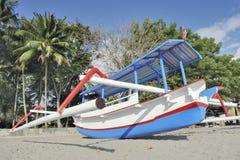 与舷外架小船的亚洲海滩场面 库存图片
