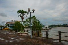 与船和江边,城市民都鲁,婆罗洲,沙捞越,马来西亚的港区 免版税库存图片