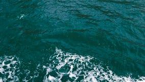 与船的波浪和泡沫,顶视图的深蓝海水表面 影视素材