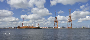 与船的港口起重机 免版税库存照片