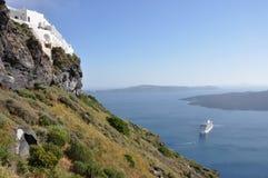 与船的火山口视图在希腊海岛santorini 库存图片