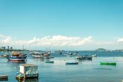 与船的瓜纳巴拉有里约尼泰罗伊的海湾和小船跨接a 库存图片