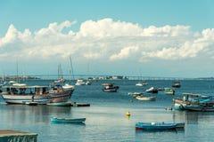 与船的瓜纳巴拉有里约尼泰罗伊的海湾和小船跨接a 图库摄影