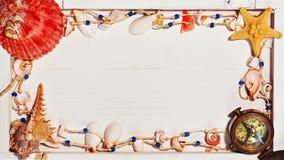 与船舶项链和海壳的板条背景 库存图片