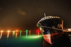 与船,轻的阴影的星在海 库存照片