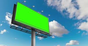 与色度钥匙绿色屏幕的空的广告牌,在与云彩定期流逝的蓝天,广告 影视素材