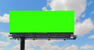 与色度钥匙绿色屏幕的空的广告牌,在与云彩定期流逝的蓝天,广告 股票录像